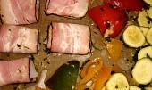 Pečené medailónky z candáta na grilu v uzené slanině