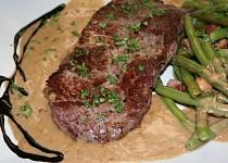 Steak z nízkého roštěnce se smetanovo-křenovou omáčkou a zelenými fazolkami
