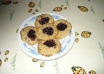 Sušenky z ovesných vloček a povidlovou čepičkou