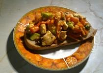 Topinka s kuřecím a zeleninou