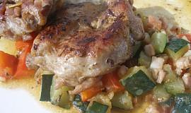Kuřecí plátky na zelenině