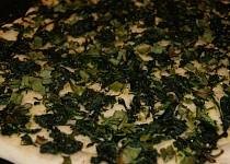 Dietní celozrnná špenátová pizza s jarní cibulkou