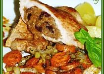 Kotleta plněná hruškovými povidly s pečenou šalvějovou mrkví