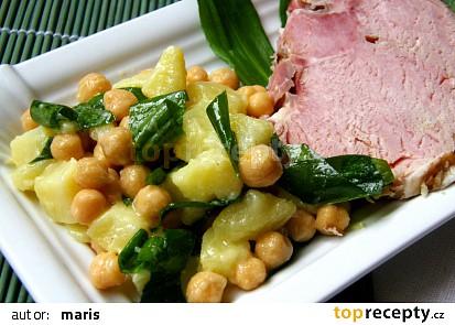 Jednoduchý bramborový salát s cizrnou a medvědím česnekem