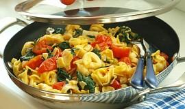 Pikantní sýrové tortellini s třešňovými rajčátky a listovým špenátem