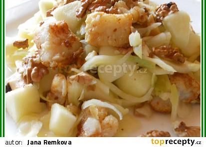 Salát z hlávkového zelí, žampionů, jablek a rybího filé