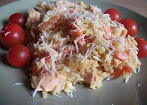 Španělská paella de marisco s krevetami a lososem
