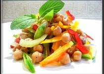 Zeleninový salát s cizrnou