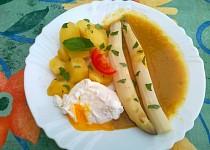 Cibulovo-kari omáčka s chřestem a ztraceným vejcem