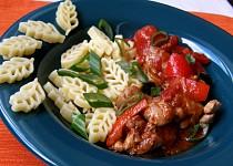 Dušené kuře na zelenině, ochucené adžikou