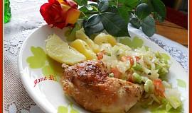 Kuřecí stehna pečená na talíři