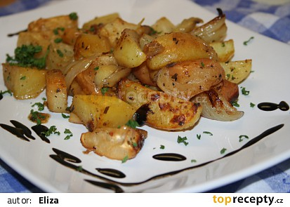 Šalvějí marinované brambory s cibulí, jablky a kousky celeru