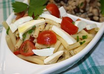 Těstovinový salát se česnekem, rajčaty a mozzarelou.