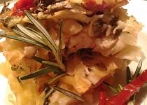 Těstoviny zapečené s rukolou, slaninkou a sušenými rajčátky