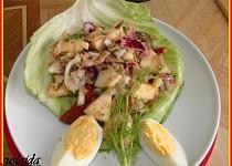 Tuňákový salát s jablkem.