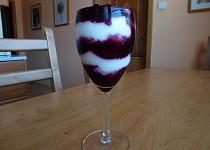 Tvarohový pohár s lesním ovocem