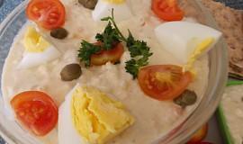 Chutný salát s vejci, kapary a sladkokyselou zeleninkou