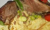 Jehněčí na česneku a bylinkách, se zapečeným bramborovým pyré