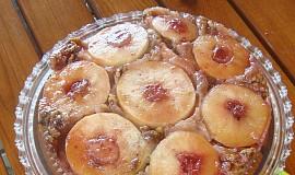 Obrácený jablečný koláč s ořechy
