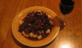 Omáčka na gnocchi se žampiony, bazalkou a červeným vínem