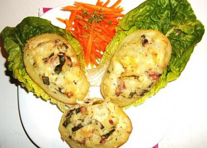 Plněné brambory s dvěma druhy sýrů a zakysanou smetanou