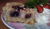 Úžasný letní koláč bez těsta s jahodami a borůvkami