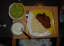 """""""Dietní"""" řízečky se šťouchanými bramborami a okurkovým salátem"""