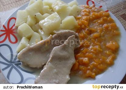 Dušená mrkev s plátky masa