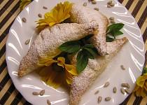 Medové trojhránky s tvarohem a semínky
