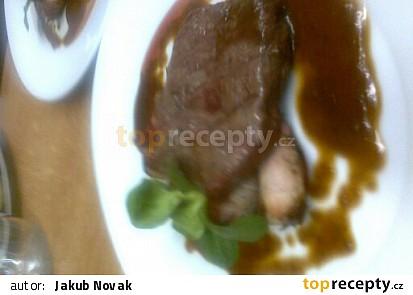 Steak z Jihoamerického Striploinu s grilovanými  žampiony plněnými zrajícím sýrem