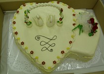 Svatební dort dvojsrdce s labutěmi
