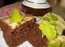 Vláčný, karamelovo-kakaový perník s ořechy a brusinkami