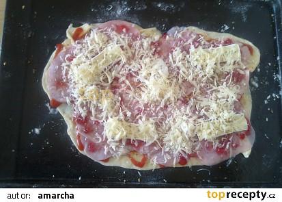 pizza před upečením