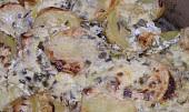 Nové  brambory , zapečené v  okořeněné  zakysané smetaně