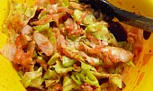 Osvěžující salátek ze salátu, řepy, okurky, sýrů
