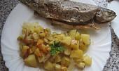 Pstruh na cibuli a bramborách