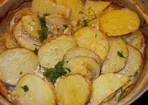 Nové  brambory, zapečené v  okořeněné  zakysané smetaně