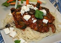 Špagety s lilkem, cuketou a mletým masem, sypané fetou