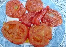 Grilovaná rajčata s kapiemi