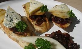 Hrušky na karamelizované cibuli s nivou
