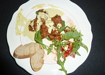 Kuřecí kousky s kari omáčkou a salátem