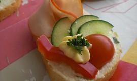 Obložený chlebíček s česnekovou pomazánkou