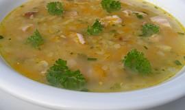 Polévka z červené čočky s uzenými křídly
