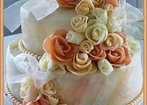 Svatební dvoupatrový dort s růžemi