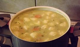 Květáková polévka s krupicovými nočky