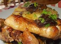 Medová  kuřecí stehýnka se švestkami, mandlemi a slaninou