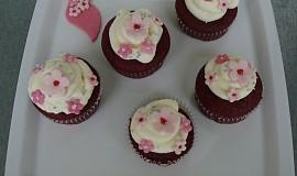 Red velvet cupcakes s cream cheese(krémovým sýrem)