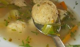 Zdravá zeleninová polévka s knedlíčkama z droždí, zázvoru a zeleniny