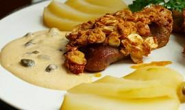 Mandlový krůtí steak,  omáčka s kapary,  pošírovaná hruška