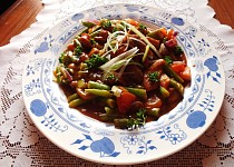 Maso tří barev s fazolkama, rajčaty a cibulkou